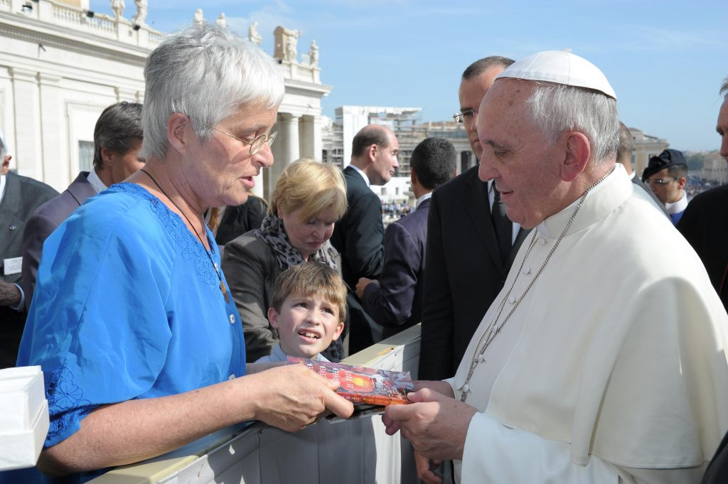 Marianne Visser van Klaarwater biedt haar boek ''doorheen het leven, doorheen de dood''' aan aan Paus Franciscus I
