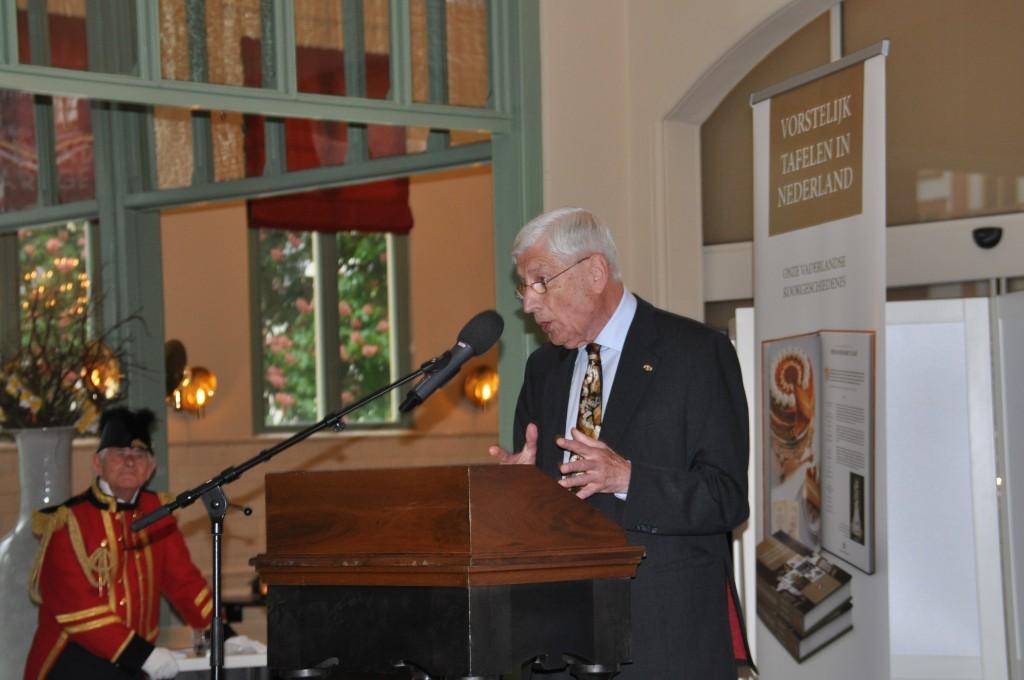 oud premier Dries van Agt tijdens Vorstelijk Tafelen, het Loo,. 30 april 2014 , #smulpaap Koning Willem 1