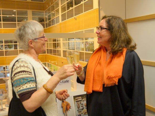 Marianne Visser van Klaarwater feliciteert Franska Stuy met 80 jarige Libelle