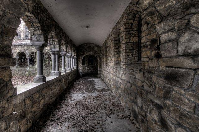 Urbexfotografie, verlaten kloostergang, fotocopywright Wil Westerweel