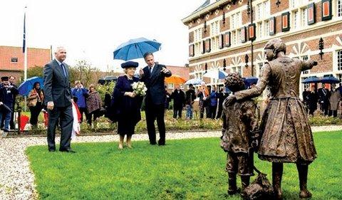 koningin-Beatrix-bij-het-Koninklijk-Weeshuis-van-Buren