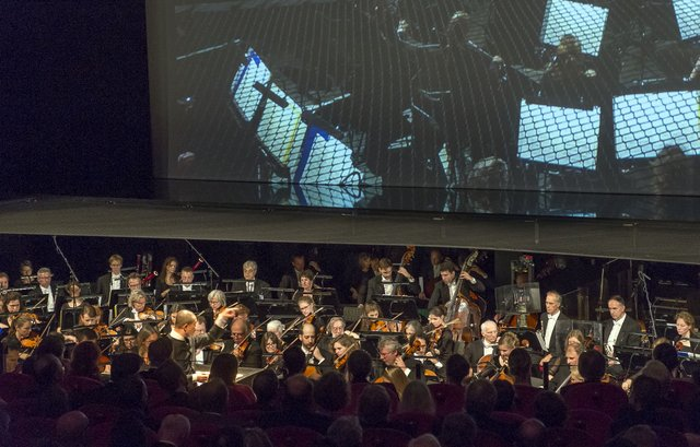 Tan Dun dirigeert Het Nederlands Philharmonisch Orkest - Passacaglia: Secret of Wind and Birds van Tan Dun - Nederland, Amsterdam, 07-11-2015. De Nationale Opera, Gala 50 jaar.