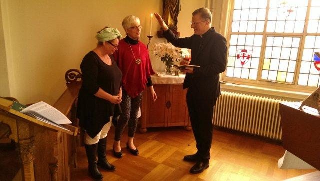 mgr Hendriks geeft de zegen voor de reis naar Bakary Sillah