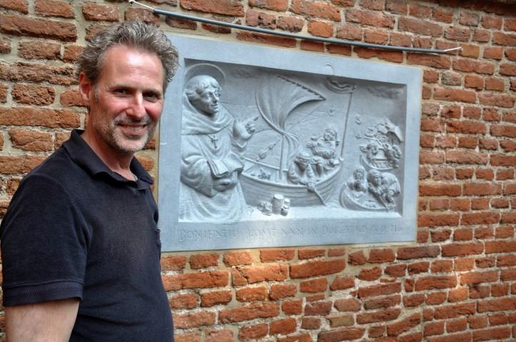 """Wijk bij Duurstede Serge van Druten bij zijn gevelsteen, foto"""": Marianne Visser van Klaarwater"""