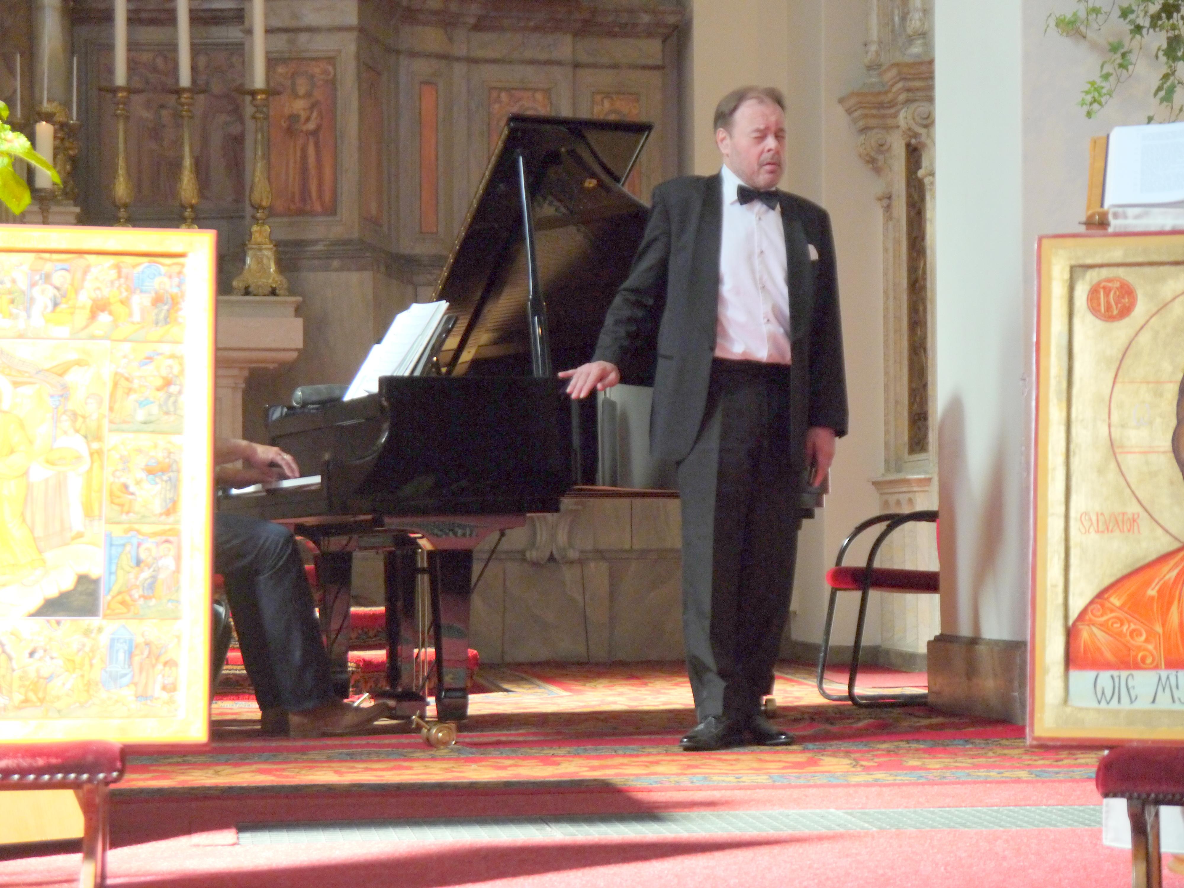 Bob Bullee zong the Exodus omdat we allemaal op weg zijn en Lan Luiten begeleidde hem op de piano.