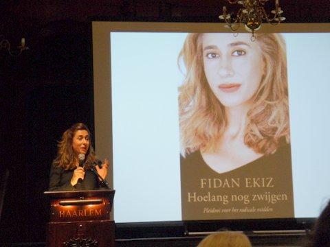 Verbinden: ''hoe lang nog zwijgen'' stelt Fidan Ekiz in haar ''pleidooi voor het radicale midden'' (Haarlem, 8 okober 2016)