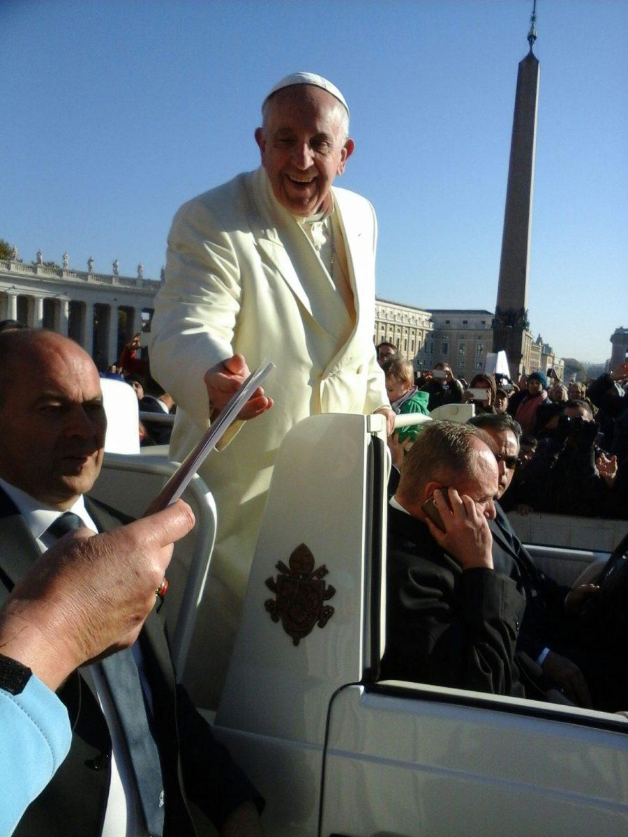 2000 Nederlandse pelgrims ontmoetten de paus en ik schonk hem mijn boek ''omzien naar elkaar: barmhartigheid in Nederland'' met illustraties van Geert Husstege.