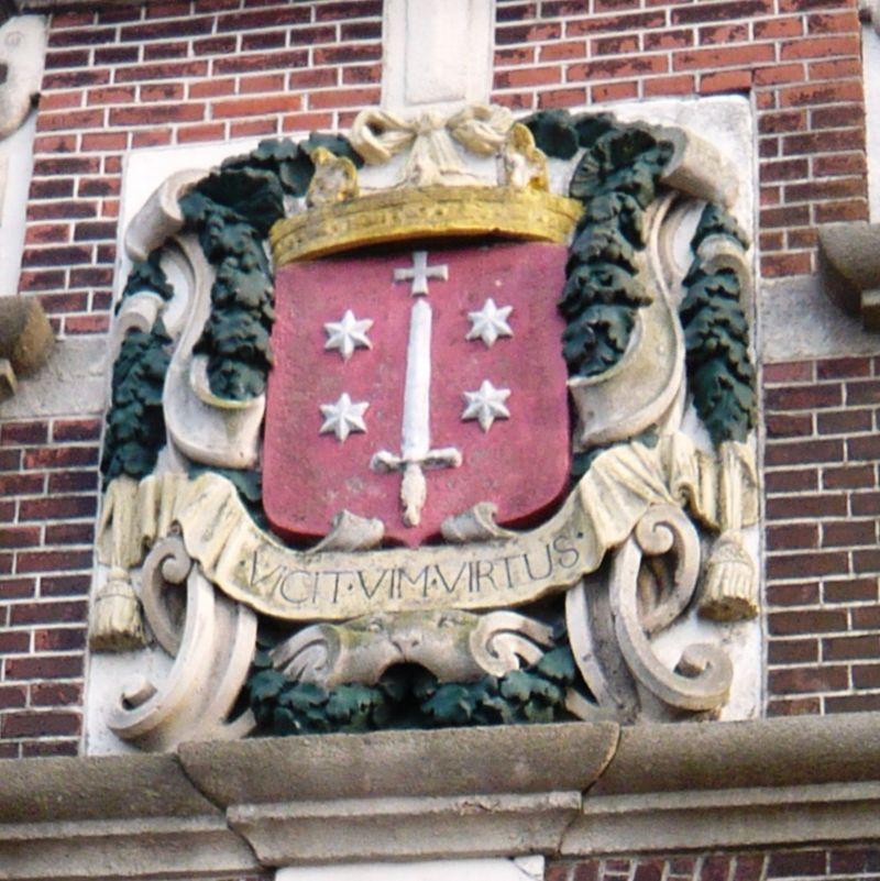 Het wapen van Haarlem als gevelsteen van het stadhuis