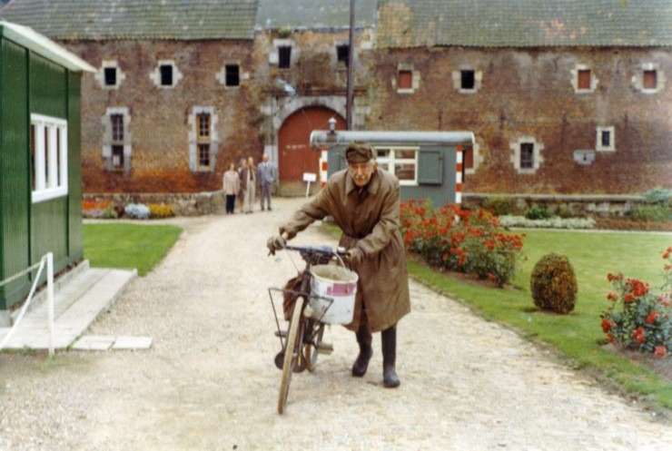 Gek of geniaal. Roelants du Vivier met fiets en regenjas