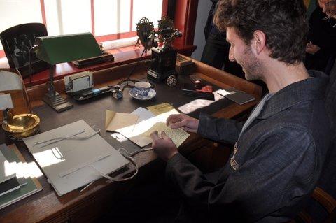 acteur David Lucieer leest de brief van Einstein aan Lorentz tijdens de Lorentzformule