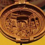 Kleine wonderen: Bijbelse taferelen te zien in een notendop