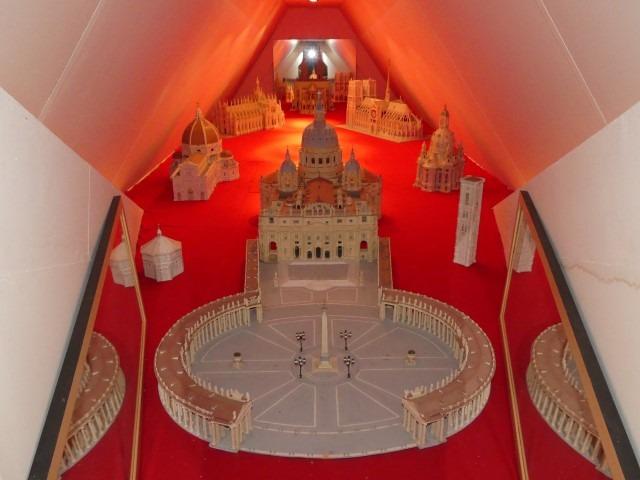 Modelbouwgroep De Rijper Eilanden: het Vaticaan en andere kerken gemaakt van oude melkpakken. Foto: Henrica van Loo