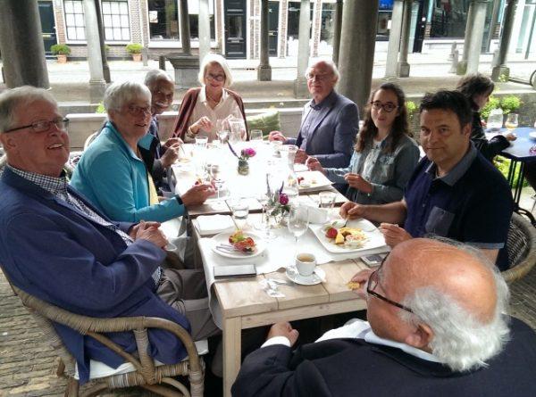 Op 15 juli gaf professor Paul Breedveld (vooraan rechts) een rondleiding voor leden van de Orde van den Prince afd. Delft. Als hoogleraar aan de TU Delft heeft hij als hobby het waterbeheer in Gouda. Na afloop genoten we van een vier gangen menu bij Brunel.