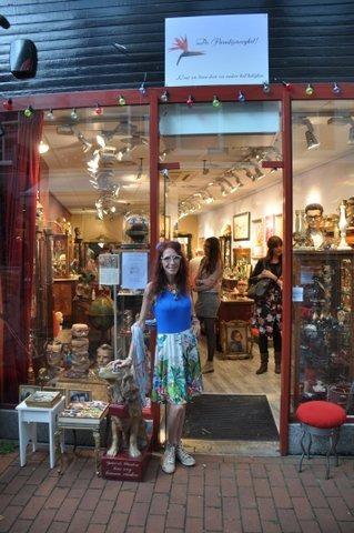 Nassaulaan te Bussum, Mijke Teunissen voor haar winkel/museum De Paradijsvooghel