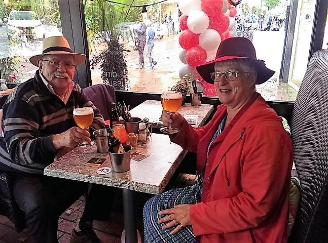 Peter Lasschuit en ik tijdens een lekker biertje bij Brasserie Drusius in de Nassaulaan te Bussum