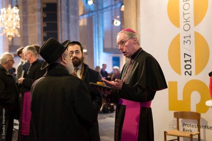 Viering 500 jaar Reformatie: was vooral ook een getuigenis van oecumene. Op de foto: Mgr Eik in gesprek met Joodse geestelijken.