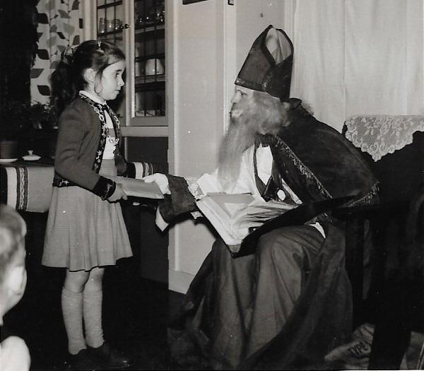 Sint Nicolaasfeest bij mijn ouders thuis. Als kind stelde ik een grenzenloos vertrouwen in Sinterklaas.