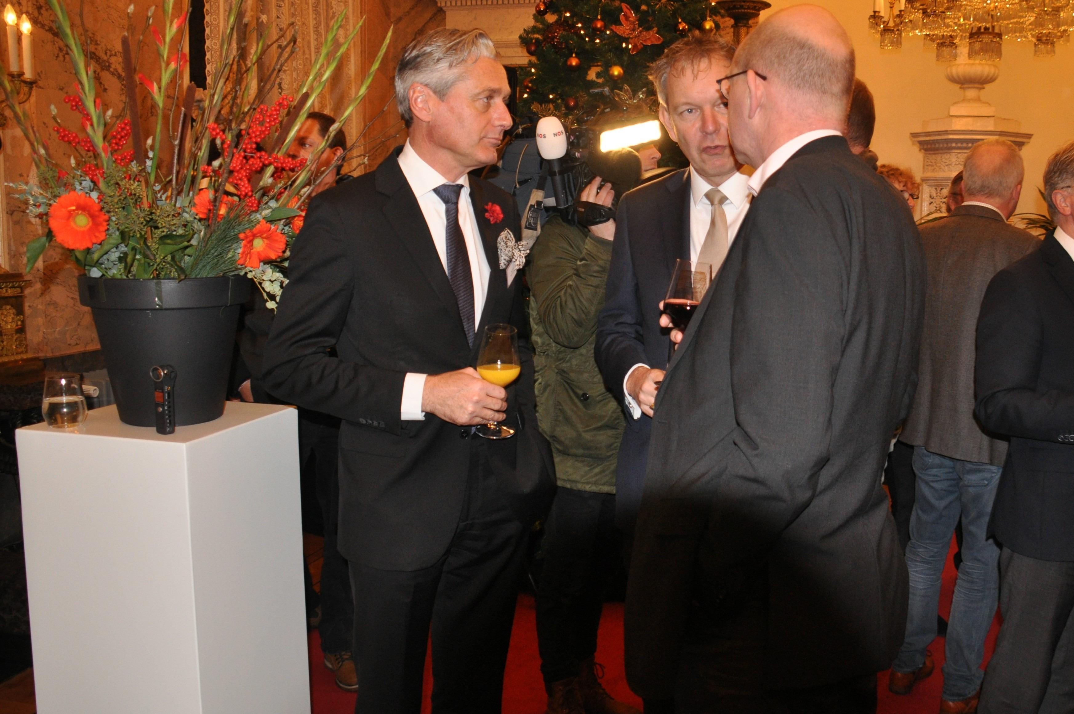 Paul Rem (conservator Paleis het Loo) is als adviseur betrokken bij het project ''Made in Holland''. Hier in gesprek met de burgemeester van Baarn.