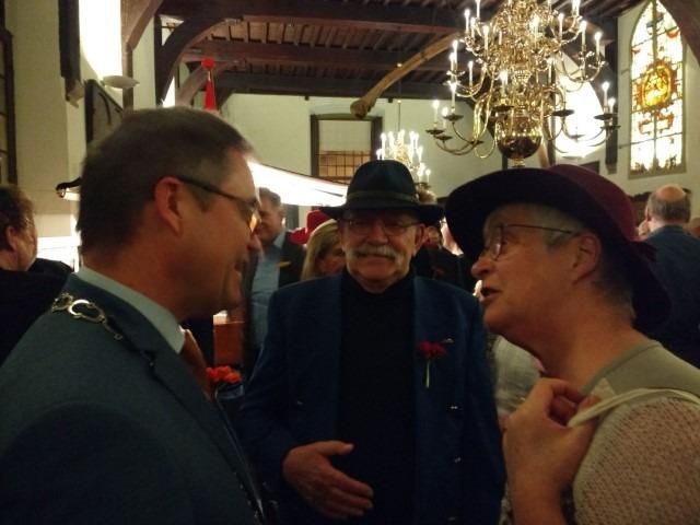 Onderonsje met Jos Wienen tussen burgemeester Jos Wienen en Marianne Visser van Klaarwater onder het toeziend oog van Peter Lasschuit over ons mooie Haarlem. (Gravenzaal, 8 januari 2017)