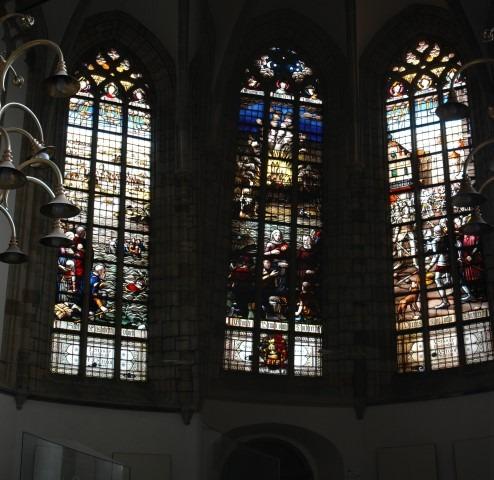 De Grote Kerk van Dordrecht, glas in lood raam over de Elisabethvloed . Deze sneed Dordrecht af van het vaste land.