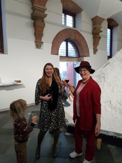 Tropisch weekendje Haarlem. Marianne Visser van Klaarwater proost met Ann Demeester (directeur Frans Hals Museum) op a.s. huwelijk met De Hall;en