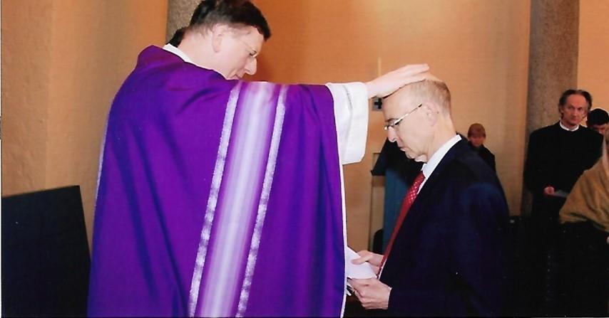 10 jaar Haarlem, Mgr dr J.Hendriks en Roel Visser tijdens de opname min de Rooms Katholieke Kerk. ''Broos en stralend tegelijk stond Roel voor me'', schreef Hendriks later zijn voorwoord voor ''doorheen het leven doorheen de dood''