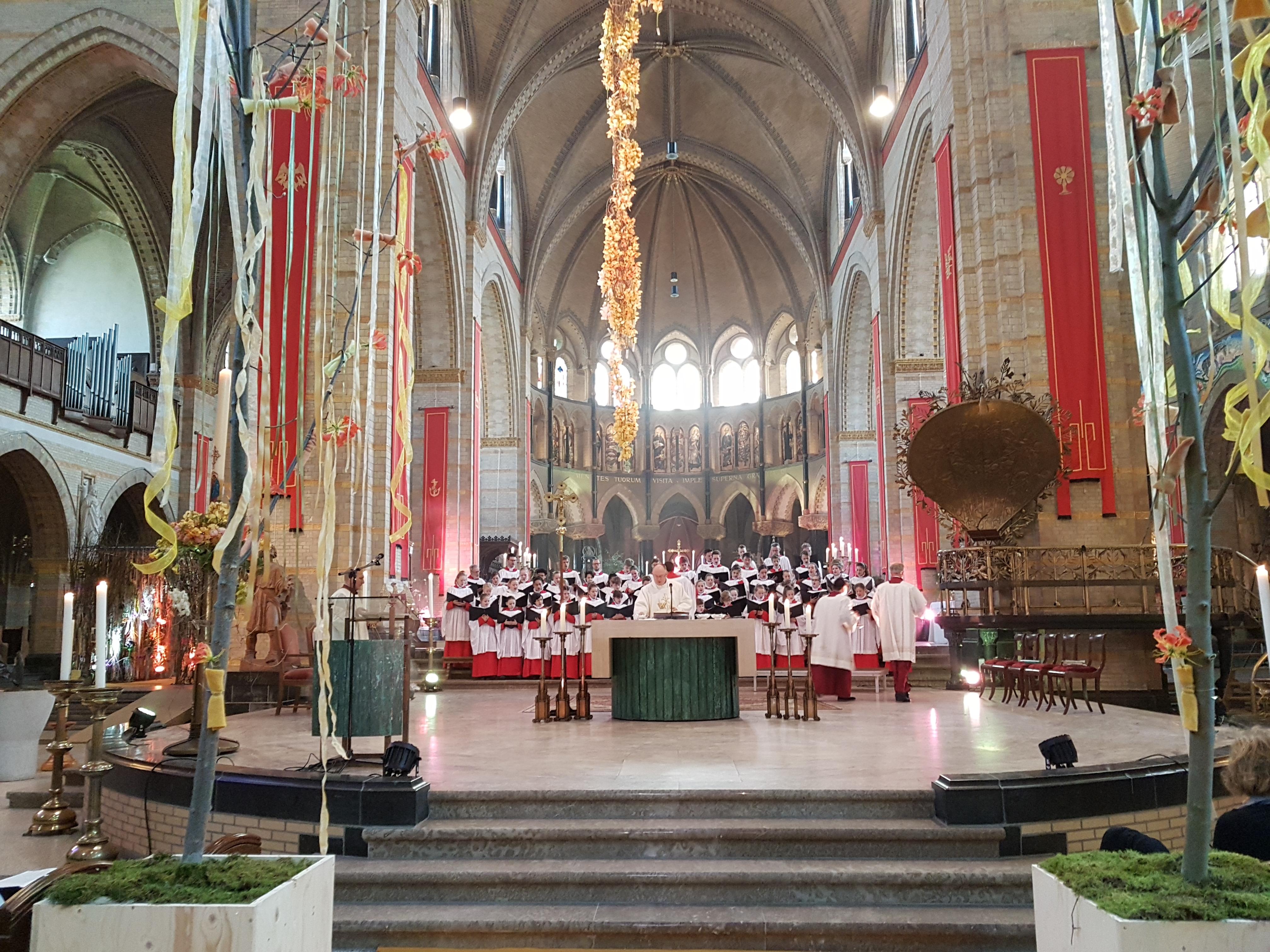 Kathedraal sint Bavo, 22 april, koorschool begeleidt H.Mis van 10 uur