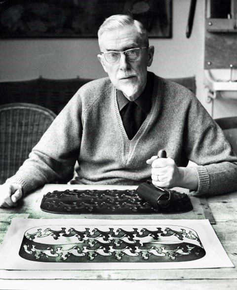 Escher drukt af in atelier Baarn