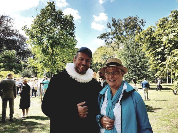 Hollands Historisch Festijn. samen op de foto met Willem van Oranje in de tuin van Paleis Noordeinde
