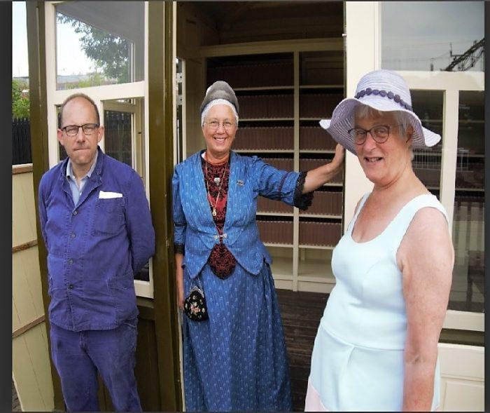 Stoomtram Hoorn-Medemblik, directeur Renee van den Broek ivm het werk, gastvrouw in West-Friese dracht en Marianne Visser van Klaarwater