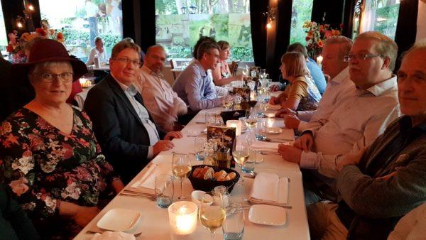Zilverstad Schoonhoven, 64 bijeenkomst Hollandia Netwerk, dineren bij restaurant Springer, op de voorgrond schrijfster Marianne Visser van Klaarwater met links drs GGJ Rensen, burgemeester van Brielle