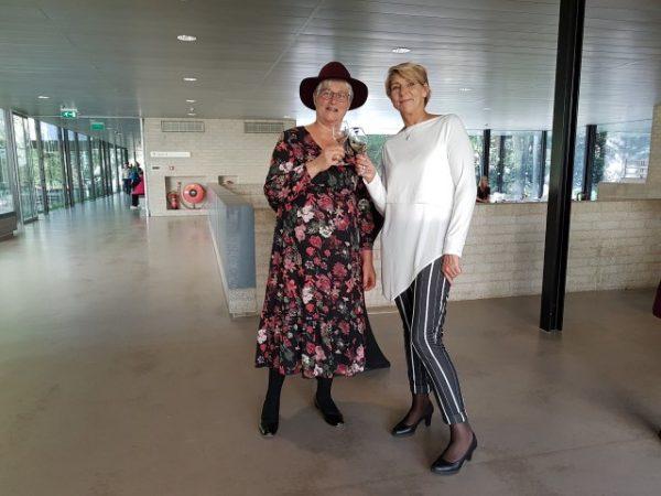 Publiekslievelingen: Marianne Visser van Klaarwater en Lies Boelrijk (Hoofd Marketing & Business Development) proosten op de 135 jarige Vereniging Rembrandt