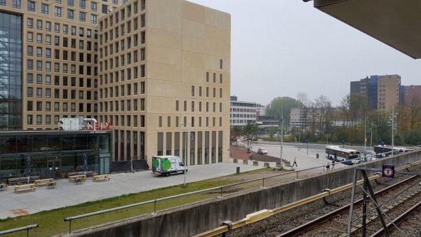 Bij de troosteloze aanblik van station Amsterdam Lelylaan begrijp ik vader Will. In ''leave no trace '' woont hij liever in het Forest Park dan in de gevestigde maatschappij