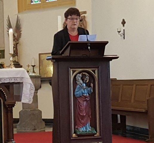 Mariette Tesselaar las een gedicht voor uit: ''B;lijf in je kracht'' van pastoor Schafraad