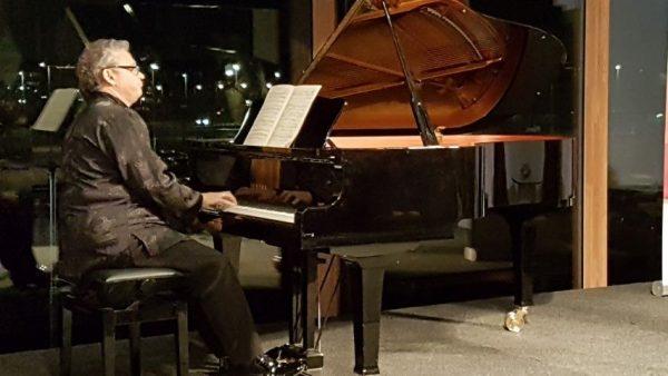 Voorafgaande aan het Concertstuk voor vier violen en andere meesterwerken gaf dirigent een intro voor deze avond