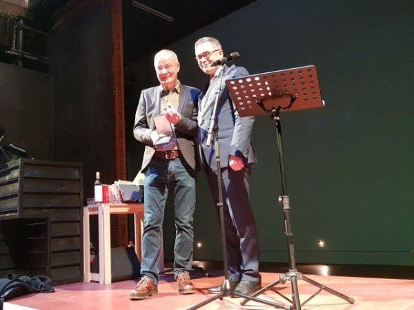 Afscheid Frans Lommerse, directeur van de Toneelschuur Haarlem, ontvangt van burgemeester Jos Wienen de Penning van Verdienste