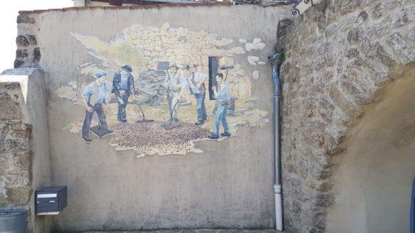 Villages de caractère d'Ardèche : Meyras. Het bewerken van tamme kastanjes, een delicatesse uit deze streek
