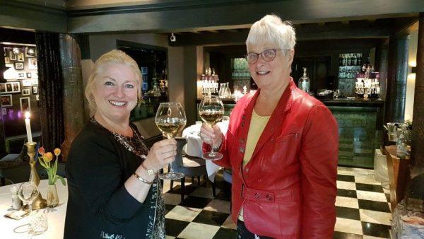 Oegstgeest, Villa Beukenhof; nMarianne Visser van Klaarwater proost met Marjolein van der Jagt op het succes van het schrijversdorp