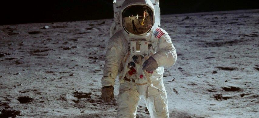 Neil Armstrong wandelt op de maan (uit Apollo II) en Scott Millicam begeleidde hem vanuit NASA