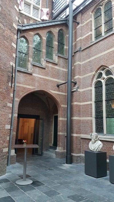 Academiegebouw aan de Nonnensteeg waar zich de ambtswoning Van Boerhaave bevond en waar hij de tsaar ontving