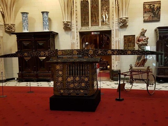 Draagkoets uit Japan met rechts daarnaast een ossenkarretje als geliefd vervoermiddel voor de barones op Ceylon. Beiden meegenomen als souvenir voor het inrichten van Kasteel de Haar. ey