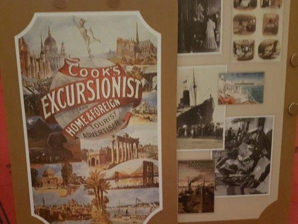 Fotos en affiches tijdens expositie Bon Voyage geven een impressie van het reisverleden vanaron Etienne van Zuylen en Barones Hélène de Rothschild